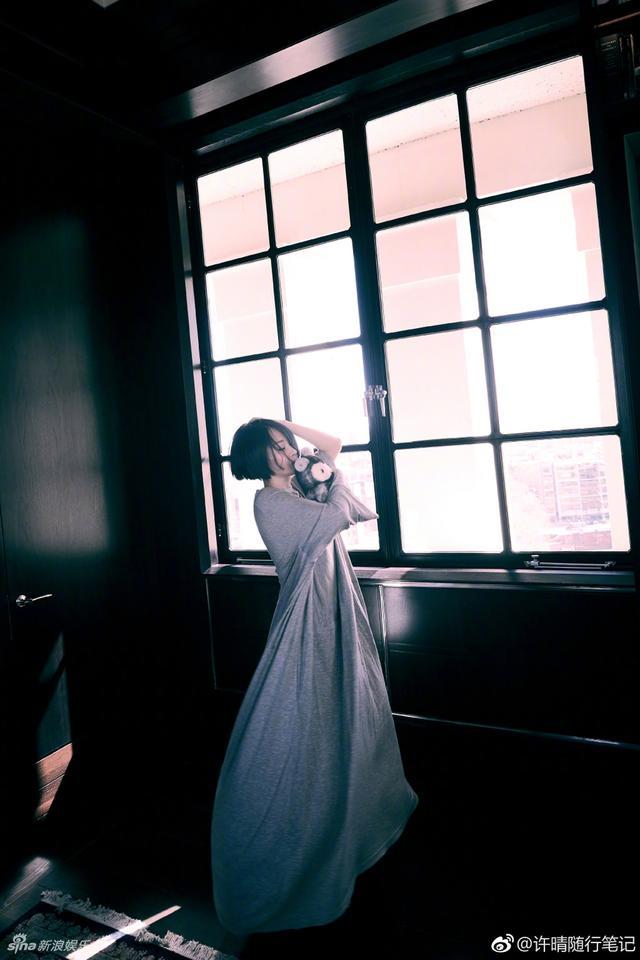 """新浪娱乐讯 4月16日一早,许晴在微博分享了一组跳舞美照,她身穿灰色宽松长裙,手抱玩偶赤脚站在窗前跳舞,迎着晨光,画面十分唯美,最后还竟然累倒躺在了地毯上。许晴还在评论区回复网友""""跳累了还这么开心""""的疑问:醉舞。"""