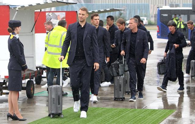 """新浪娱乐讯 6月12日,德国队抵达俄罗斯,即将开启属于他们的世界杯之旅!该队一众高颜值好身材,被称为""""德国男模队"""",还登上了热搜引发热烈讨论。"""