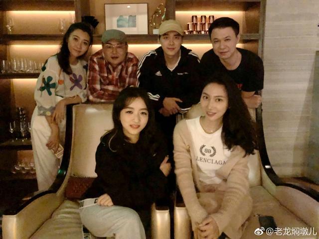 新浪娱乐讯 10月12日凌晨,不少李易峰的同学晒出了和李易峰聚会的照片,他身穿黑色运动装十分休闲,合影照片被粉丝调侃全是一个表情,从照片看来,一群人先是吃了火锅又去喝酒,玩得很尽兴。