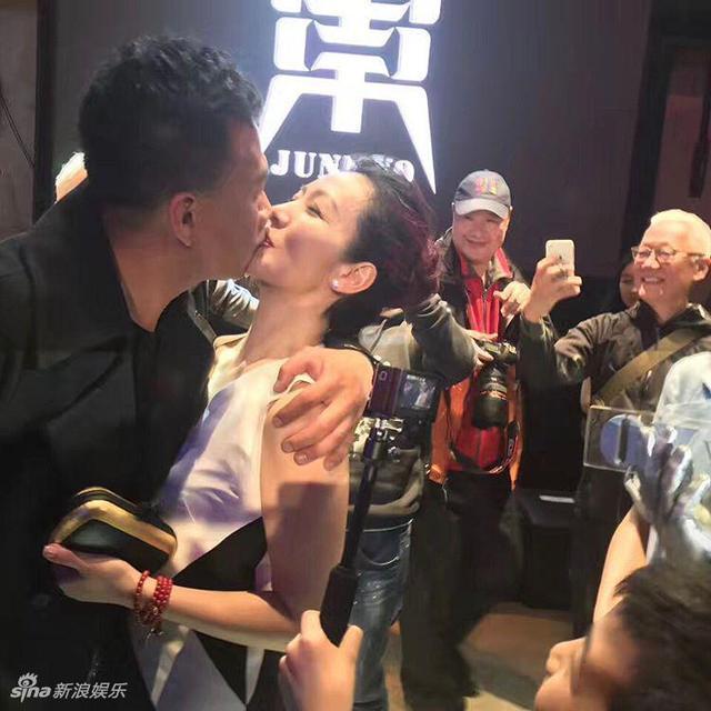 新浪娱乐讯 3月18日晚,胡军举办了一场盛大的秀场派对,当晚也是胡军的生日,胡军当着众好友大方秀恩爱,热吻爱妻,一家四口一同切蛋糕,场面温馨有爱。