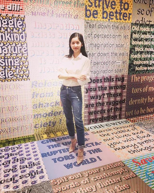 新浪娱乐讯 奶茶妹妹章泽天在个人社交网站上晒出最新照片,她身穿白色衬衫搭配牛仔裤高跟鞋,双手交叉,干练十足,像极了女总裁。