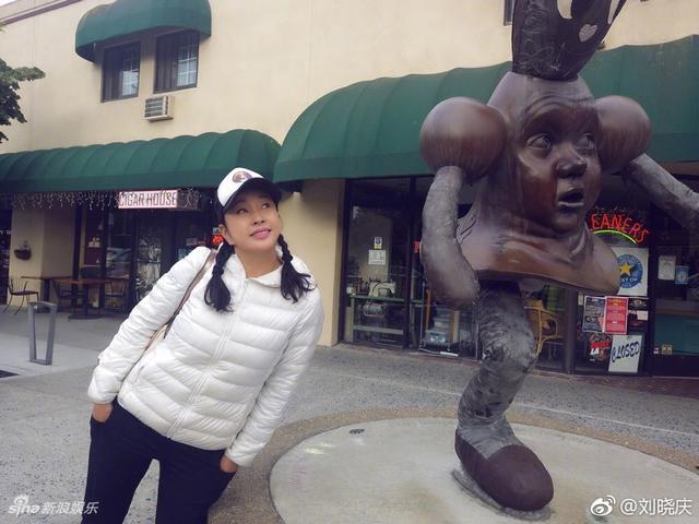 新浪娱乐讯 5月19日中午,刘晓庆在微博晒出一组美照,她身穿白色羽绒服、头戴白色鸭舌帽,扎着麻花辫,和雕像合影,刘晓庆配文:模仿雕像,高难度表演。62岁的她灿笑起来十分动人,仿若少女。