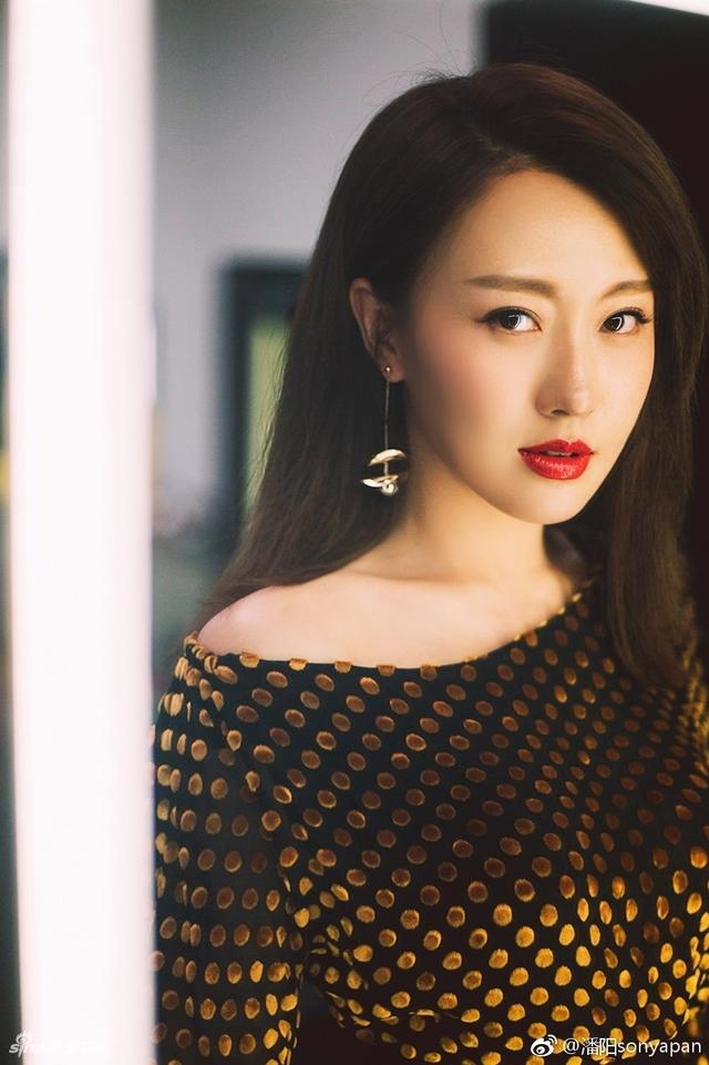 新浪娱乐讯 8月12日,潘长江女儿潘阳在微博晒出一组个人美照,她身穿金色波点露肩长裙,妆容精致,女神范儿十足。