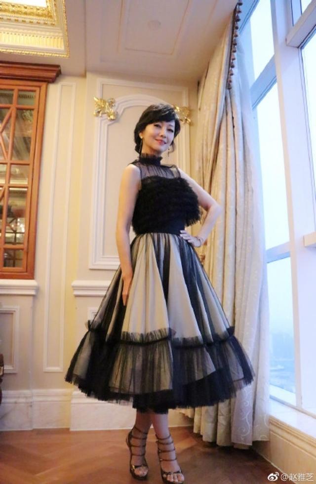 """新浪娱乐讯 2017年9月13日晚,不老女神赵雅芝在微博上发出了一组照片,并配文""""在乎完成工作后那一刻的愜意与轻鬆。""""照片中赵雅芝身穿黑色蕾丝裙,笑容甜美,气质依旧。"""