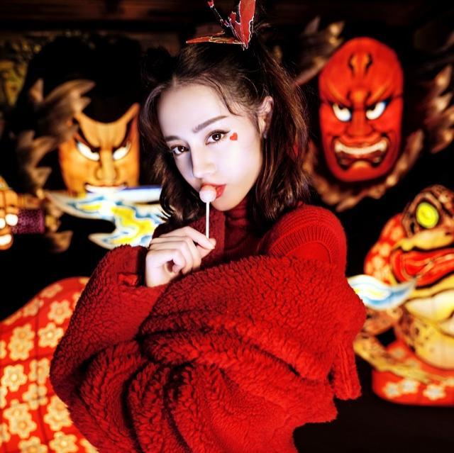 新浪娱乐讯 近日,迪丽热巴一组杂大片曝光,一袭红衣展个人魅力,美艳动人显邪魅,手持金鱼灯笼变身邻家小姐姐。