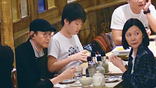 新浪娱乐讯 据香港媒体报道,近日,70岁的郑少秋全程陪太太官晶华逛街看电影,两个人在餐厅坐了半个多小时,品尝美食聊聊天,恩爱十足!妻子简单白T搭配蓝色外套,郑少秋戴着一顶黑色小帽,看见记者竖起大拇指比V,露出笑容亲和力十足。