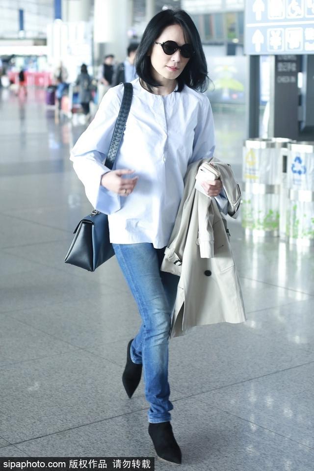 新浪娱乐讯 10月12日,女星俞飞鸿现身首都机场,身着白衬衫搭配蓝色牛仔裤简约大气,黑超遮面难掩优雅气质。