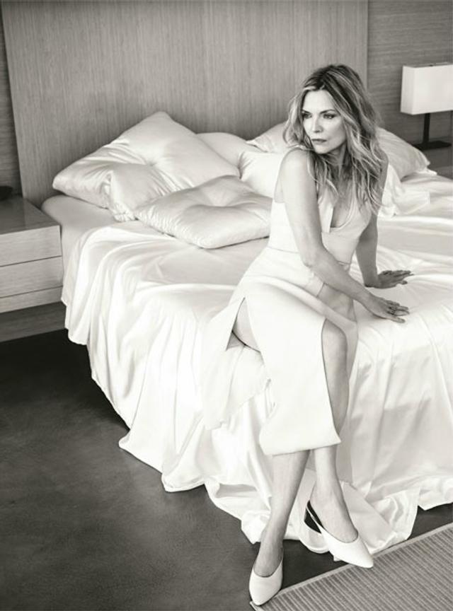 新浪娱乐讯 近日,老牌女星米歇尔·菲佛(Michelle Pfeiffer)登《The Edit》十月新刊,慵懒风范玩转复古潮流。