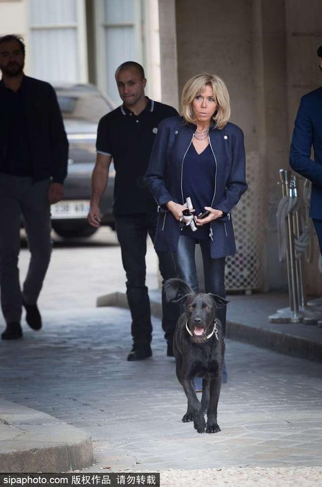 """新浪娱乐讯 当地时间2017年10月12日,法国巴黎,法国第一夫人布丽吉特在爱丽舍宫与工作人员交谈,第一狗""""尼莫""""实力抢镜。"""