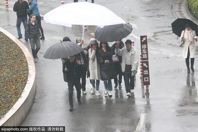 新浪娱乐讯 10月13日,唐嫣大小姐获超大伞伺候,窦骁为助理打伞没架子,亲切十足。