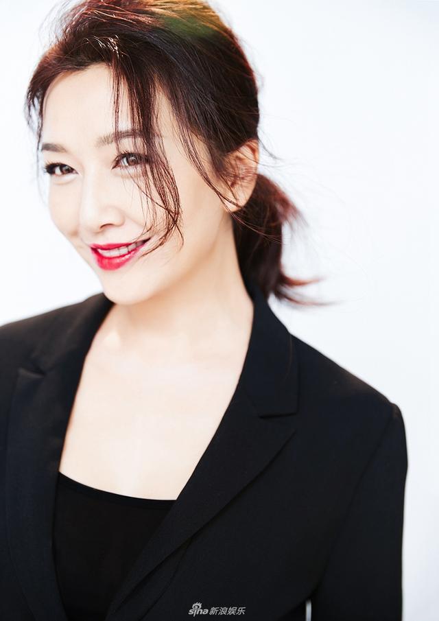 新浪娱乐讯  近日,演员江珊曝光一组时尚大片。画面里,她身着修身黑色小西装搭配一抹烈焰红唇气场全开,展现女性柔美的同时,又不失干练与大气。而她不时露出的甜美笑容,更是感染力十足,甜蜜撩人。