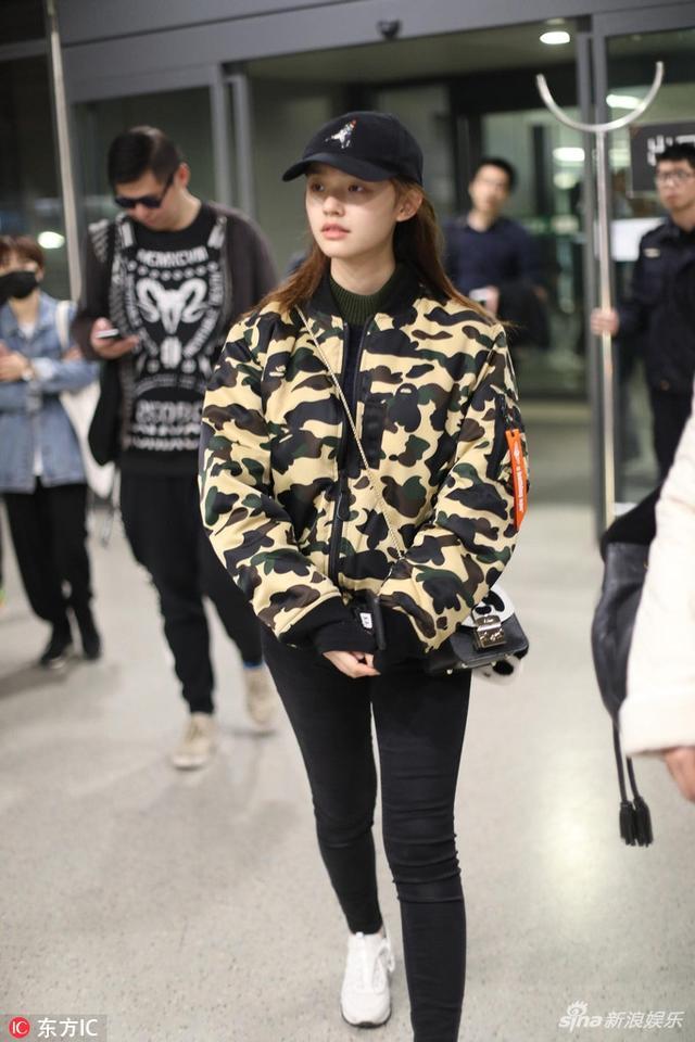 新浪娱乐讯 11月14日,林允现身上海机场,她身穿迷彩服上衣头戴鸭舌帽,虽然是素颜状态依旧不错,一个熟悉的身影虹桥一姐出现了!林允大方合影十分亲和。