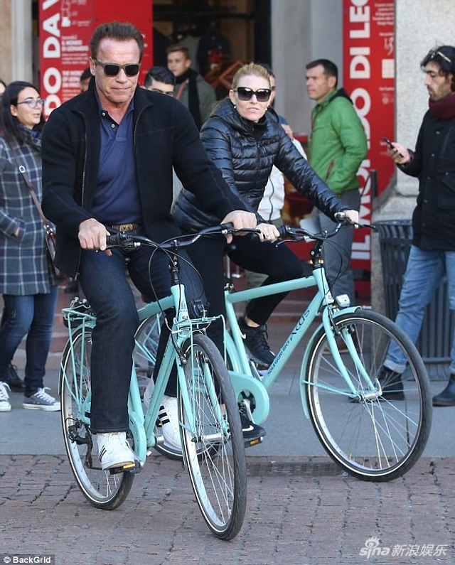 新浪娱乐讯 近日,70岁的阿诺德-施瓦辛格(Arnold Schwarzenegger)携43岁女友希瑟-米利根(Heather Milligan)现身米兰街头,两人在街头骑单车十分环保浪漫,引起路人围观。70岁的施瓦辛格穿着休闲,仍然能看见隐约的肌肉,十分强壮。据悉,施瓦辛格送给女友价值1.4万英镑(约人民币12万)的手提包,好壕啊。