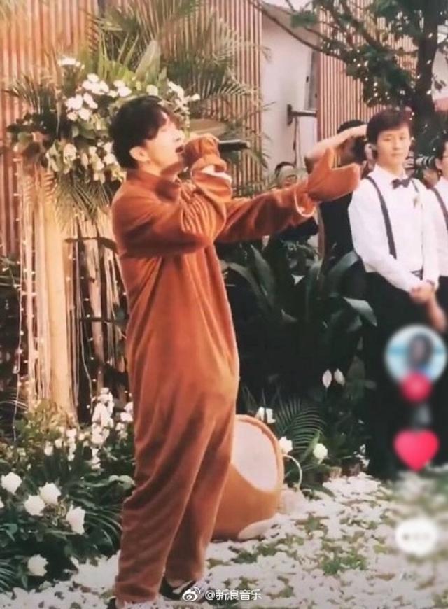 新浪娱乐讯 近日,有网友晒出薛之谦扮成轻松熊参加婚礼的路透照,他还在现场演唱《为了遇见你》。据悉,这是在录制某综艺节目。