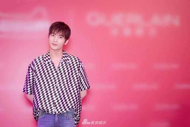 新浪娱乐讯 2018年5月16日,杨洋出席品牌活动,期间他身着黑白格子半袖衬衫搭配修身磨白牛仔裤。整体造型优雅率性,尽显满分少年感。