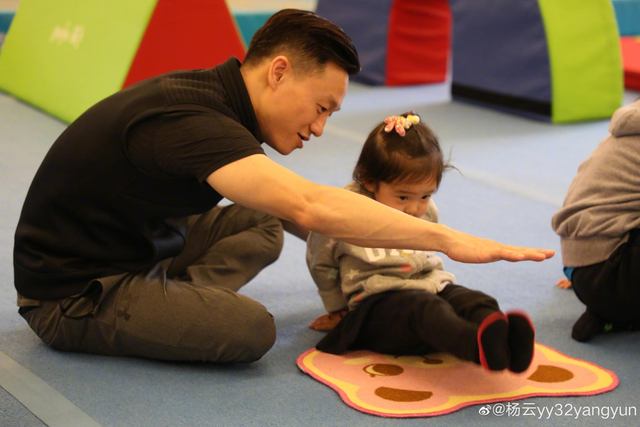 杨威亲自上阵带儿女练体操