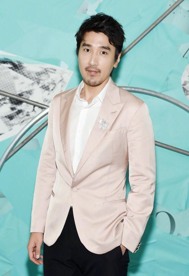 新浪娱乐讯 10月11日,赵又廷出席某活动。照片中赵又廷身穿嫩粉色西装扮嫩,留着大叔胡茬又彰显了他男人的一面,两种风格结合在一起竟然有种反差萌。