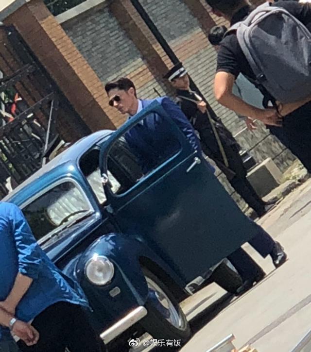 新浪娱乐讯 6月14日,有网友在上海车墩偶遇正在拍戏的霍建华,老霍穿着西装戴墨镜,虽然距离较远但难掩老霍的帅气和沉稳。