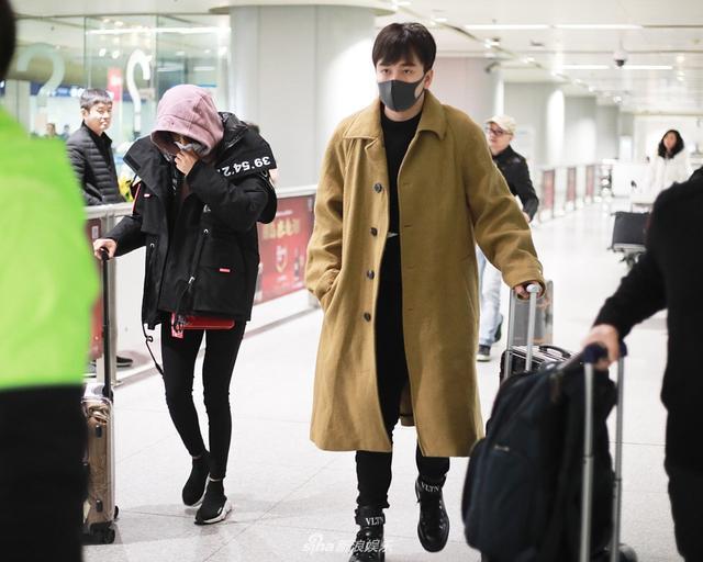 新浪娱乐讯 12月6日,辛芷蕾和翟天临一同现身北京机场,发现有摄影师跟拍两人立马分开走。半月前曾有网友爆料辛芷蕾和翟天临同游迪士尼,今日两人机场同行又避嫌。