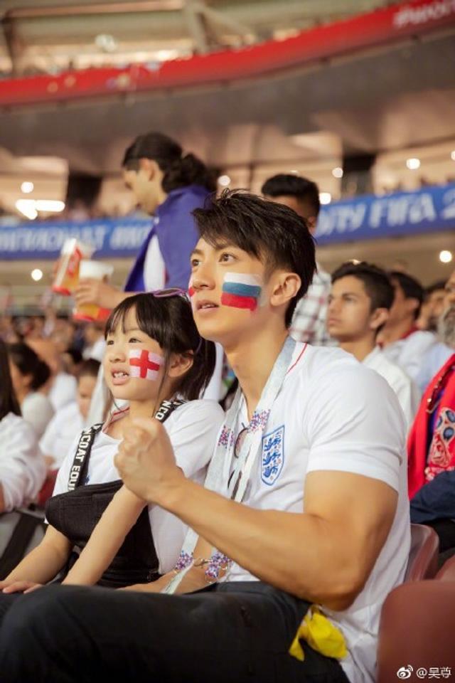 新浪娱乐讯 7月12日,吴尊在微博上晒出世界杯比赛现场照片,和女儿NeiNei脸上都贴了国旗,在现场非常投入,不时激动呐喊。