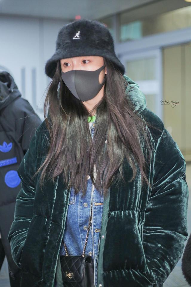 新浪娱乐讯 2月12日,杨幂抵达纽约,粉丝个站晒出机场美图,杨幂身穿灯芯绒超厚外套搭配牛仔裤,保暖又时髦,还戴着帽子口罩,遮挡严实。