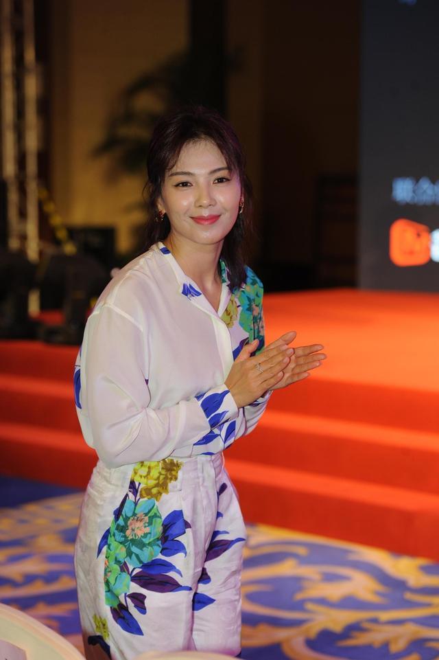 """新浪娱乐讯 6月12日,刘涛出席某活动。活动现场,她身穿一身睡衣风格的碎花裙显灵动活泼。刘涛在现场还见到了多次合作的""""小包总""""杨烁,老友相见俩人脸上都是笑意盈盈。"""