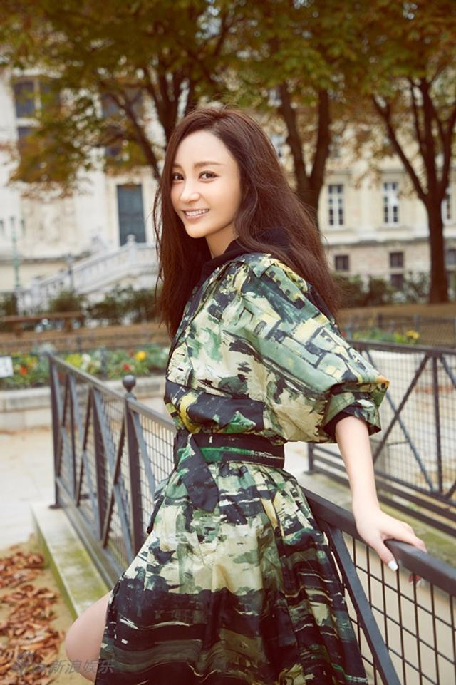 新浪娱乐讯 6月14日,演员姚笛曝光了一组巴黎时尚写真。照片中,姚笛身穿束腰长裙,浅笑嫣然,漫步巴黎街头,散发文艺气息。