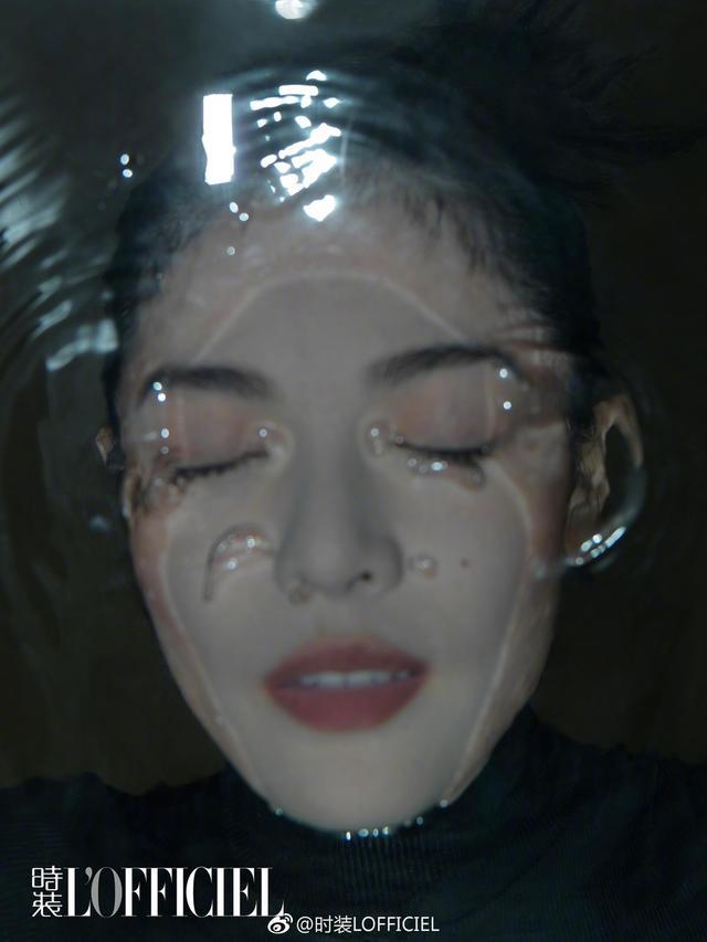 新浪娱乐讯 10月12日,钟楚曦一组写真曝光。钟楚曦将脸浸入水中拍大片,整体风格神秘摩登,颇有味道。