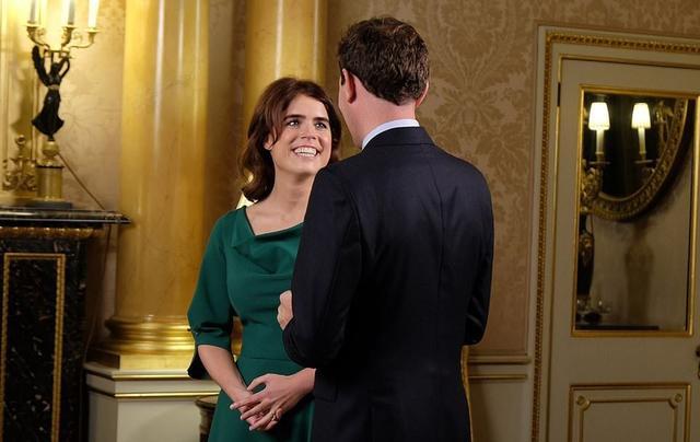 """新浪娱乐讯 10月12日,英国女王孙女、女王次子安德鲁王子的小女儿尤金妮公主与男友杰克的婚礼,将在温莎城堡圣乔治礼拜堂举行。尤金妮公主受访说她和她的准新郎是""""一见钟情"""",他们第一次见面的几个小时内,她就告诉了她妈妈。婚礼预计将出席的明星包括安德烈·波切利、辛迪·克劳馥等。新郎是32岁的饮料行业高管杰克·布鲁克斯班克(Jack Brooksbank)。乔治小王子、夏洛特小公主将担任婚礼花童。"""