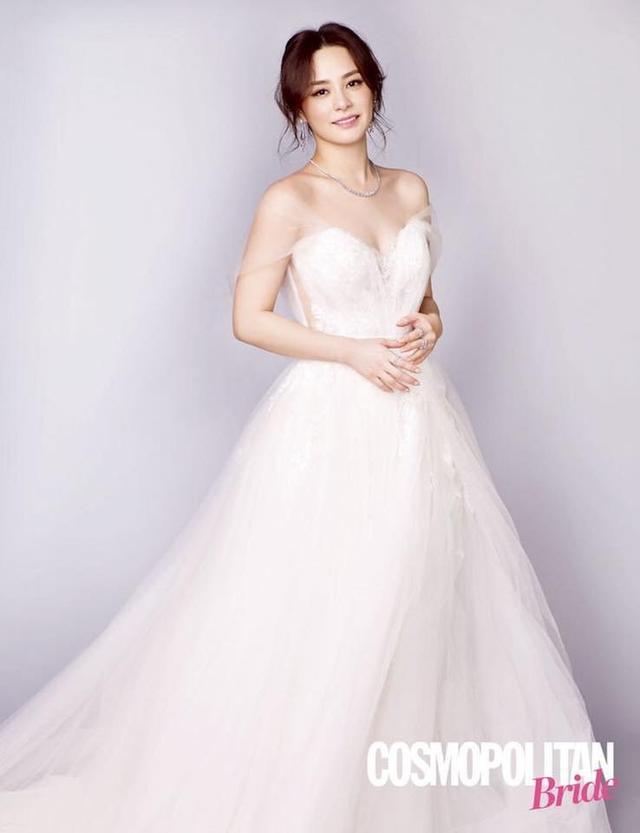 新浪娱乐讯 6月13日,阿娇为香港杂志拍摄的一组婚纱大片曝光,果然是人逢喜事精神爽,穿上白色抹胸婚纱的她再现顶级神颜。上月26日,阿娇和丈夫赖弘国在美国洛杉矶举办了婚礼,正式升级为人妻。