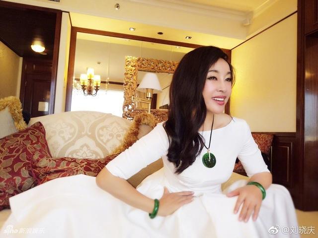 """新浪娱乐讯 近日,刘晓庆参加某珠宝拍卖活动,她在微博晒出参加活动美照,她身穿白裙长发披肩,完全看不出已经62岁的样子,胸前和手上的翡翠珠宝十分抢眼。大部分网友纷纷打call赞""""姐姐好美"""",部分网友酸其脸僵质疑打了玻尿酸,刘晓庆本尊点赞多条评论令好评置顶。"""