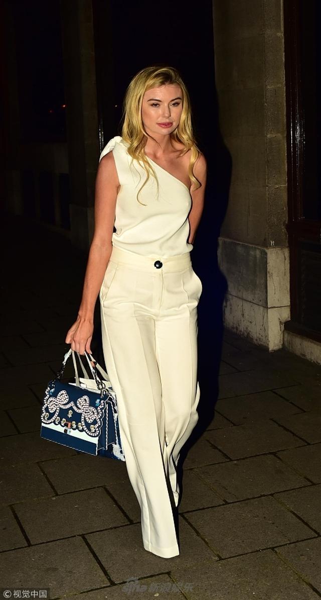 细浪娱乐讯 伦敦时间2018年3月13日,真人秀女星乔治亚·托福洛(Georgia Toffolo)离开酒店。乔治亚·托福洛身穿白色连体服,优雅大方,一改之前性感暴露的穿衣风格,令人眼前一亮。
