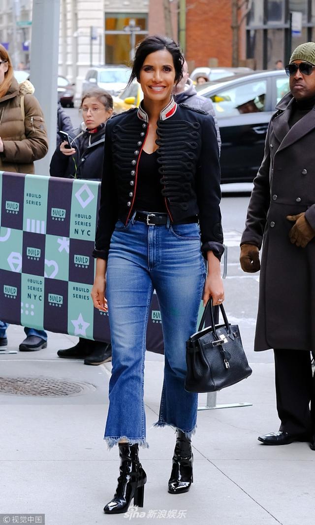新浪娱乐讯 美国纽约时间2018年3月12日,凯特o玛拉(Kate Mara)现身街头。她穿着黑色低胸打底配深色外套显身材,她走路生风霸气侧漏,侧身微笑大方冲镜头打招呼,妖娆你摆造型并无奈摊手,站在街头气质独特超级吸睛。