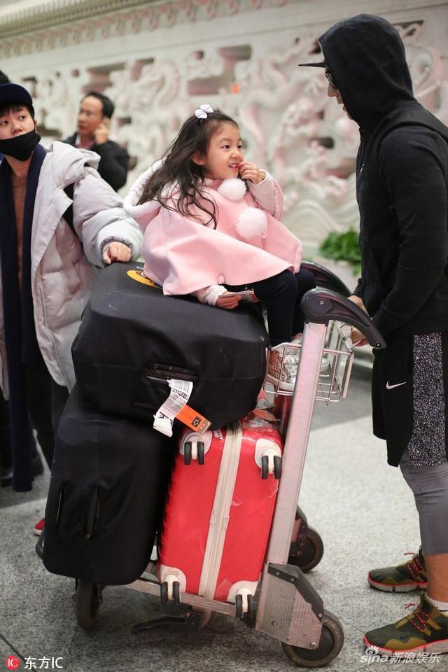 新浪娱乐讯 12月6日,刘畊宏带女儿小泡芙现身机场,小泡芙穿着粉色斗篷坐在行李箱上,长发披肩文静甜美,宛若小公主。