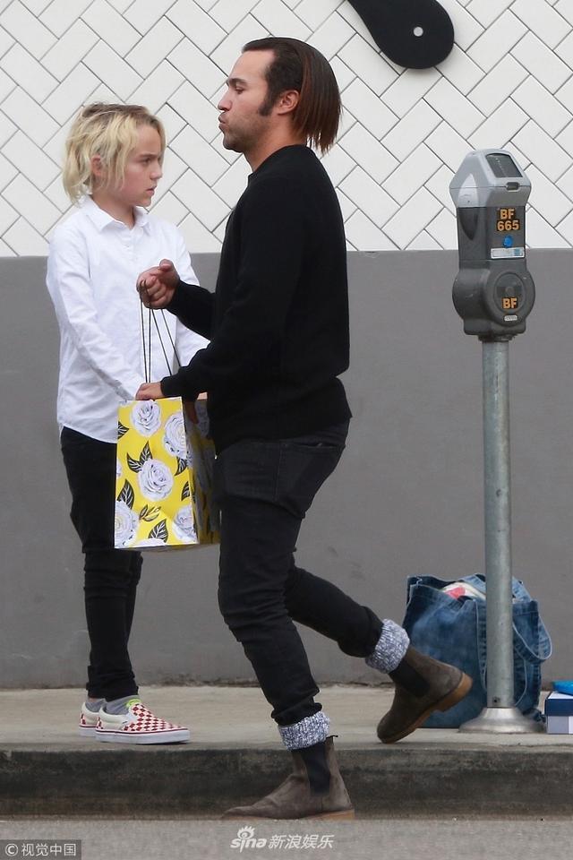 新浪娱乐讯 美国加州时间2018年3月11日,彼特·温兹(Pete Wentz)与女友梅根·坎普(Meagan Camper)现身街头。他穿着低调为庆祝女友新生儿降临开派对,往车上搬运货物帮女友拿气球......尽显绅士。女友怀孕依旧带妆出行,满脸笑容心情靓。