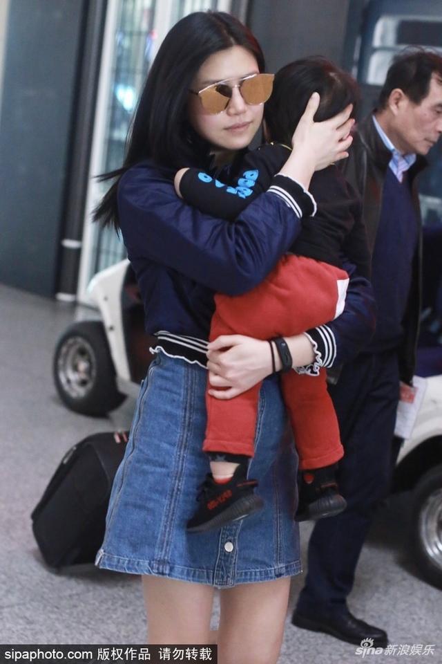 新浪娱乐讯 2018年3月13日,北京,陈妍希抱儿子小星星亮相北京机场,小星星靠妈妈怀里背影超萌。