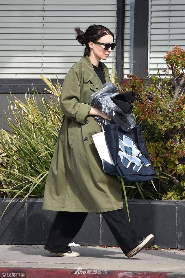 新浪娱乐讯 美国西好莱坞时间2018年3月12日,鲁妮·玛拉(Rooney Mara)亮相街头,穿军绿色风衣潇洒帅气 ,脚步匆匆抱衣服离开