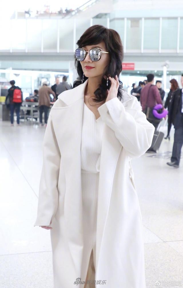 """新浪娱乐讯 3月14日,赵雅芝在微博上公开了一组机场图,并配字:""""不经意间,又是一身白衣重返杭州,一切都是恰好的緣份注定。 """",粉丝纷纷表示伊人依旧,赵雅芝的风姿和容貌与当时并无分别。"""