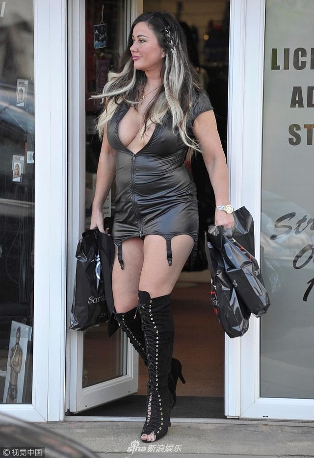 """新浪娱乐讯  英国布莱克浦时间2018年3月12日,""""胖大姐""""莉萨·阿普尔顿(Lisa Appleton)现身性爱商店准备离开。她穿紧身低胸超短裙显身材圆润肉暴出,街头露臀装扮+妖娆姿势引人浮想。她双手拎购物袋从性爱商店离开,街头露神秘微笑自信迈步走。"""