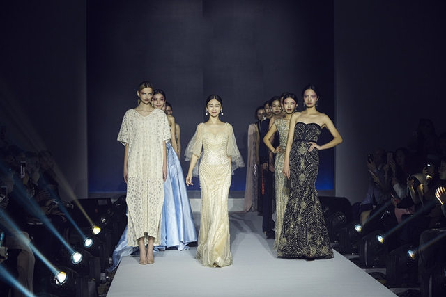新浪娱乐讯  日前,某品牌在北京举办2018全球跨年见面会,众多明星及嘉宾出席了这场风格昭彰的聚会。影视女神翁虹女士作为重要嘉宾,献上了自己的T台秀,不仅气质上与该品牌完美契合,诠释了慢时尚的精致与仪式感的优雅,更是分享了自己对新时代女性所具备的态度和文化精神的理解。
