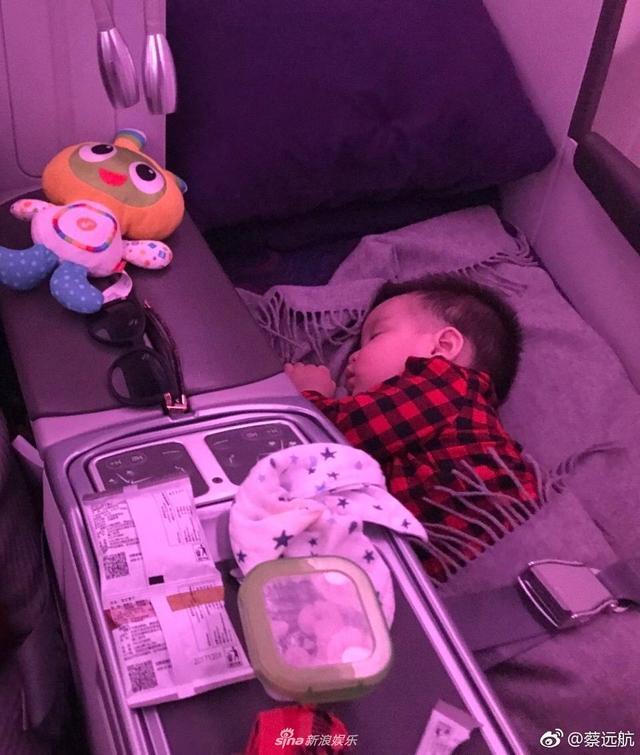 """新浪娱乐讯  近日,孙茜丈夫蔡远航在微博晒出爱子小老虎在飞机上的照片,并配文:""""臭小子,这是我的座位,你让我睡哪里,你爹我和你娘亲已经被你折腾的不行了""""。照片中,小老虎或是安静地睡在毛毯上,侧颜可爱静谧,或是站在座椅上,欣赏窗外的风景,值得一提的是,其中一张照片是孙茜在仔细地帮小老虎擦手,脸上的笑意温暖幸福。一家人幸福的打闹引得一众网友纷纷表示""""小老虎好可爱啊,看得我都想生孩子了!""""、""""一家三口一起出行感觉好幸福呢""""。"""