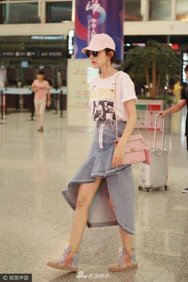 新浪娱乐讯 9月13日,古力娜扎现身上海机场,她黑超遮面,头戴小粉帽变身粉红佳人,一身潮装十分亮眼。(视觉中国/图)