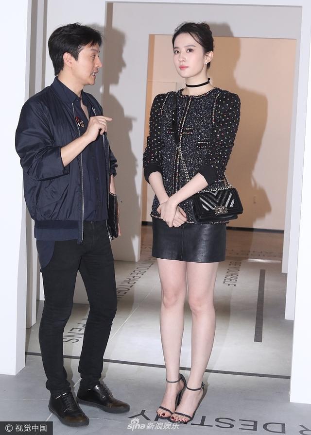 新浪娱乐讯 早前,刘亦菲现身北京出席某活动。她身穿小黑色皮裙亮相,一双长腿白到发光,肤如凝脂。全程获神秘男子陪伴、讲解,最后在保镖的护送下离场。(视觉中国/图)