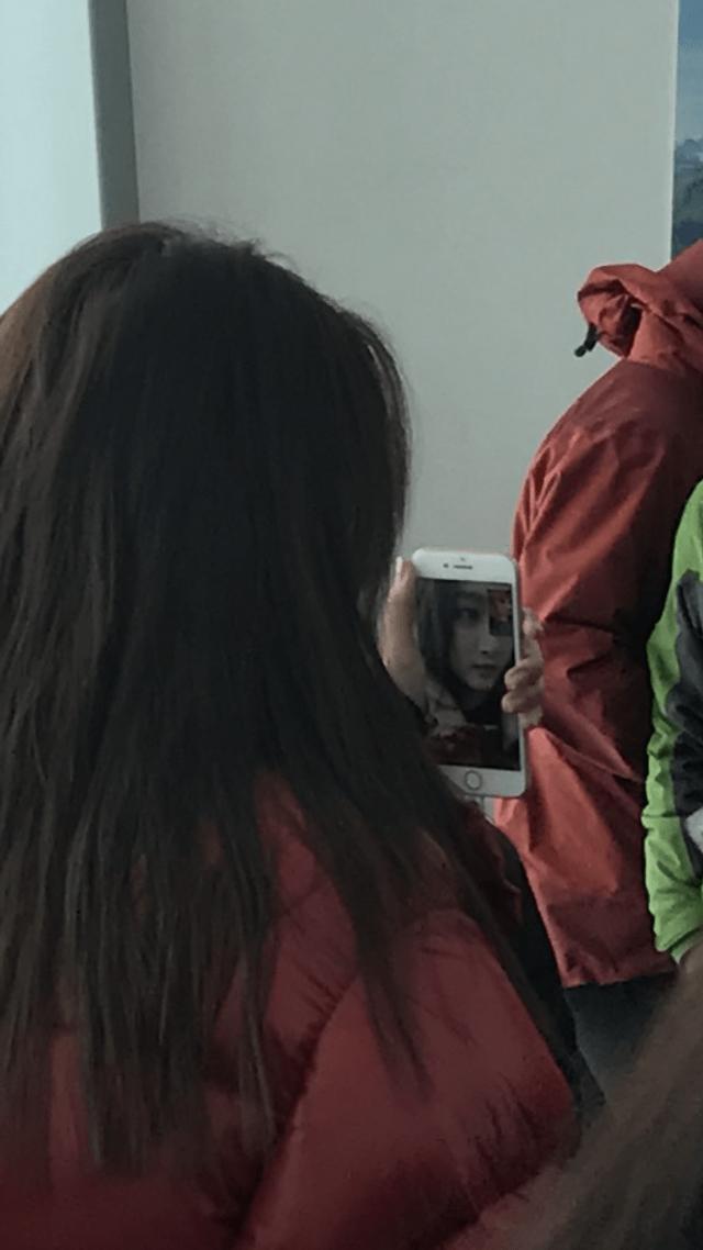 新浪娱乐讯 日前,有网友拍到关晓彤在法国雪山山顶室内的照片。仔细放大看关晓彤的手机可以看到,原来关晓彤正在与鹿晗视频通话!