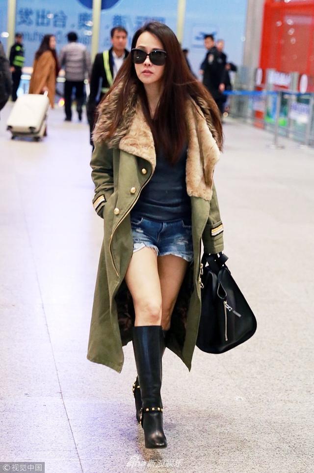 新浪娱乐讯 11月14日,伊能静现身上海机场。当天她长发披肩甜笑,小秀美腿性感,对于老公秦昊车子被撞一事,她表示希望肇事者道歉。(视觉中国/图)
