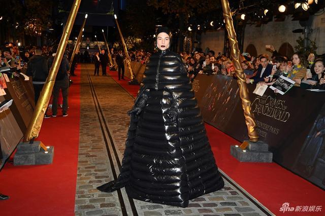 """新浪娱乐讯 当地时间11月8日,电影《神奇动物:格林德沃之罪》在巴黎举办世界首映,埃兹拉·米勒身披羽绒""""长裙""""亮相,从头到脚包裹严实,十分抢镜。"""