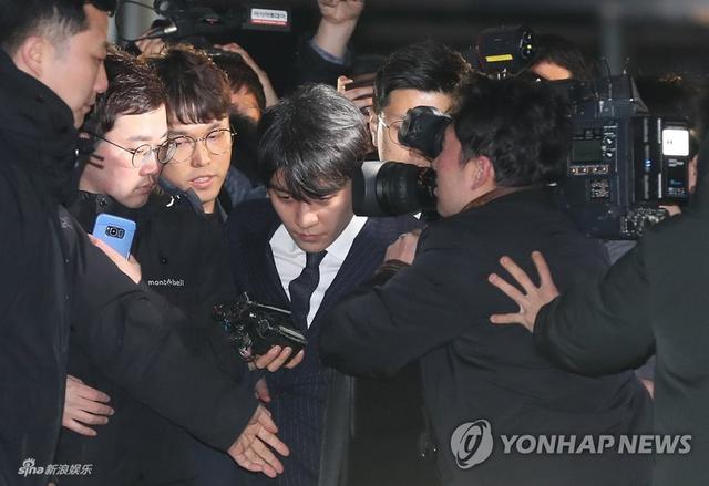 新浪娱乐讯 据韩国媒体,3月15日上午,胜利、郑俊英等接受16至20个小时的彻夜调查后,离开首尔地方警察厅回家。