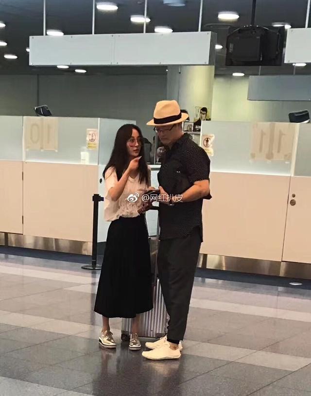 新浪娱乐讯 8月12日,有网友爆料日前在日本东京羽田机场偶遇姚笛和男友,当天两人穿着简单随性,姚笛则披着一头长发,戴着墨镜,站在男友旁边就像一个邻家小女孩一样。