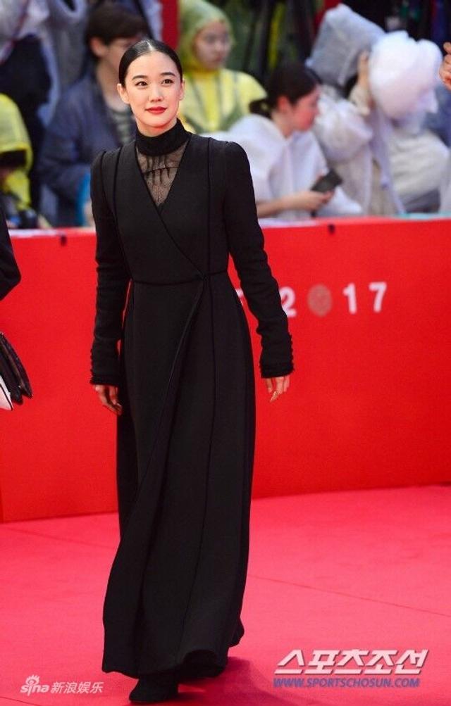 """新浪娱乐讯 第22届釜山国际电影节于10月12日晚开幕,众多明星现身开幕式走上红毯。图为苍井优黑色长裙走""""禁欲风""""。"""