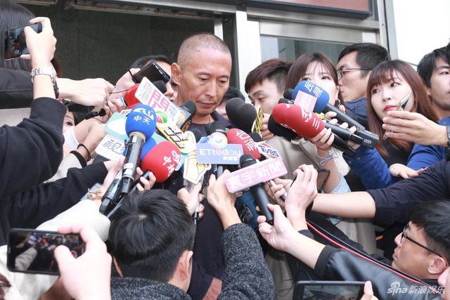 新浪娱乐讯  钮承泽日前遭指控性侵女性工作人员,他12月7日上午八点35分露面,赴台北大安分局接受警方讯问,走进警局前受到媒体团团包围,现场相当混乱,但他始终不发一语。约两小时笔录之后,他走出警局面对媒体。(林怡妘/图)